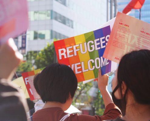 """Demonstrant*innen mit """"Refugees Welcome""""-Schild"""