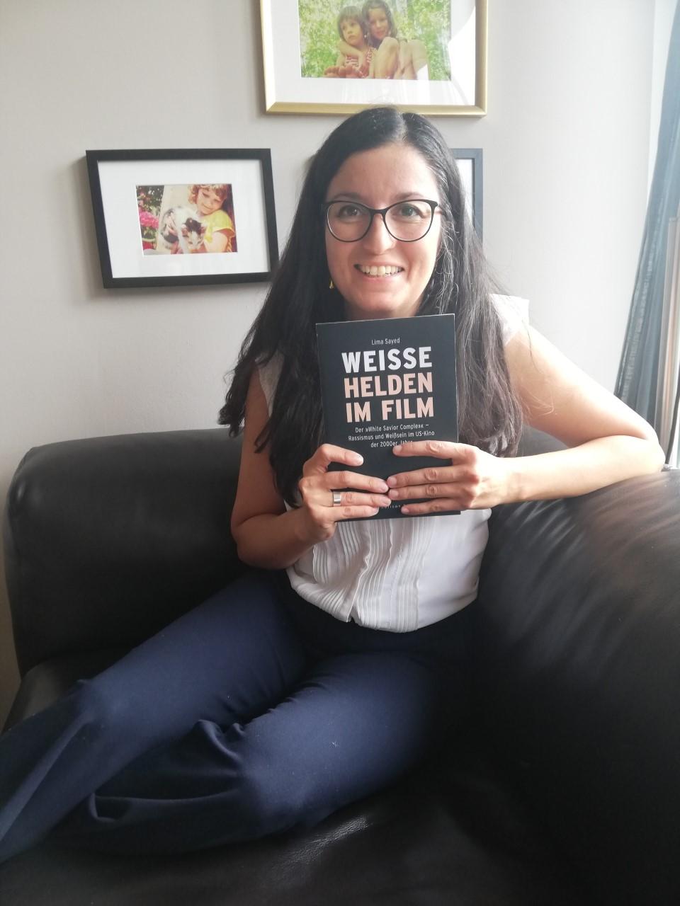 """Lima mit dem ersten Exemplar ihres Buches """"Weisse Helden im Film""""."""